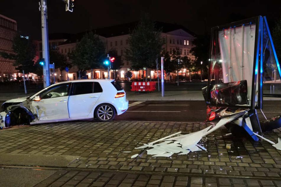 Am Donnerstagabend krachte ein weißer VW in ein großes Werbebanner.