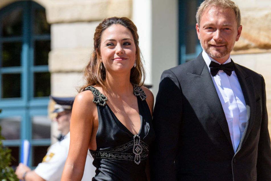 Händchen haltend kommt Christian Lindner mit seiner Freundin Franca Lehfeldt zu den Richard-Wagner-Festspielen nach Bayreuth.