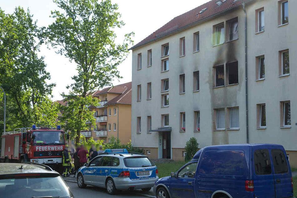 Feuer in Mehrfamilienhaus: Frau verbrennt in ihrer Wohnung