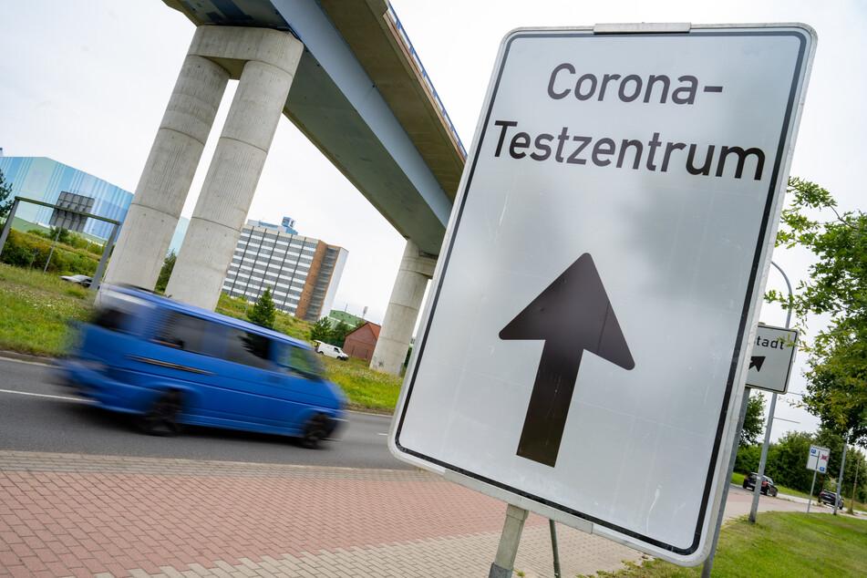 Ein Schild weist auf ein Corona-Testzentrum in Mecklenburg-Vorpommern hin.