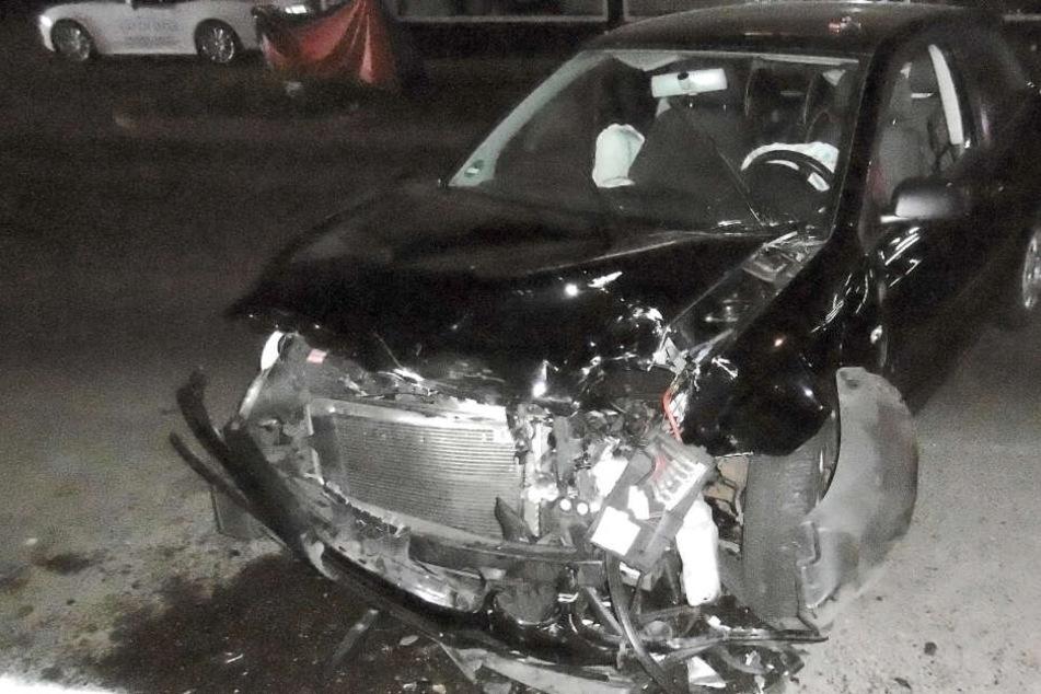 Das völlig kaputte Auto der führerscheinlosen Unfallfahrerin.