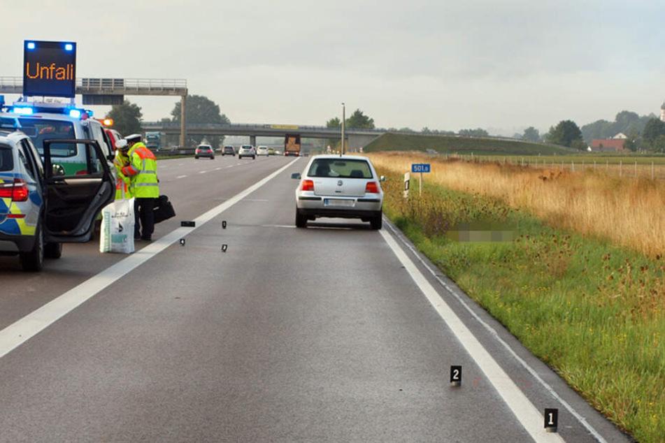 Das Auto des Verstorbenen steht am Straßenrand. Von dem Todesfahrer fehlt bislang noch jede Spur.