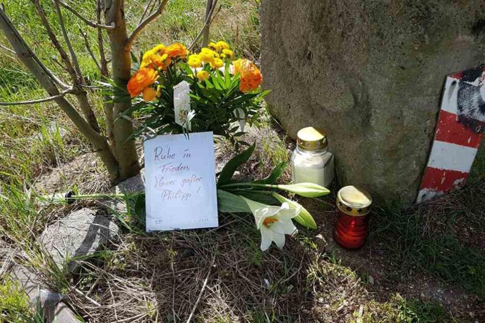 Am Elbufer wurden bereits Blumen und Kerzen für den gestorbenen Philipp S. aufgestellt.