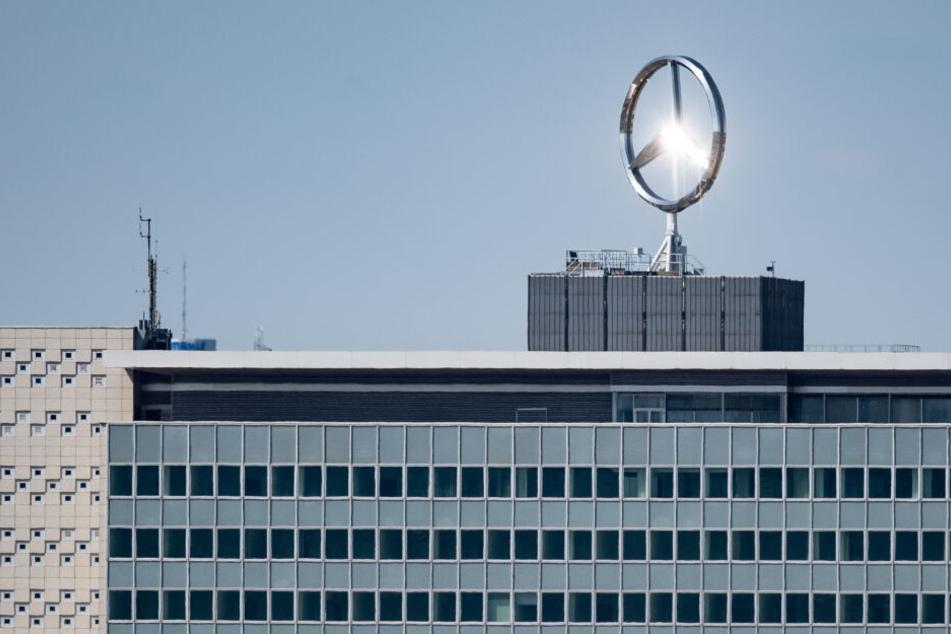 Der Mercedes-Stern auf einem Daimler-Gebäude.