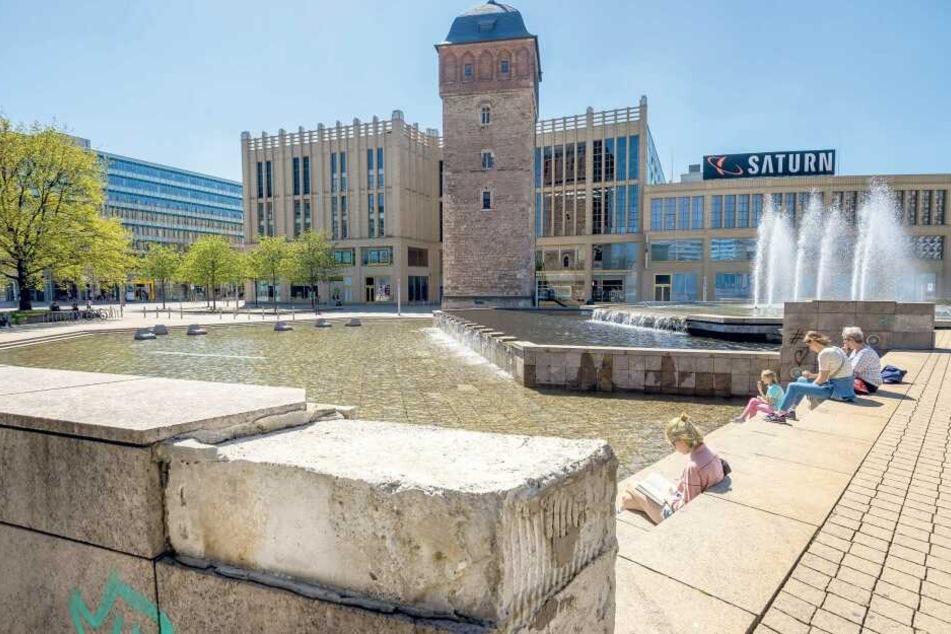 Der Schein trügt: Allein für den Brunnen Am Roten Turm sind Sanierungskosten von 275.000 Euro nötig. Im unteren und mittleren Teil fehlen beispielsweise einige Platten.