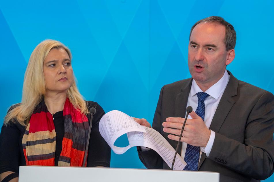 Melanie Huml (CSU), Staatsministerin für Gesundheit und Pflege, und Hubert Aiwanger (Freie Wähler), stellvertretender Ministerpräsident und Staatsminister für Wirtschaft, Landentwicklung und Energie, bei einer Pressekonferenz.