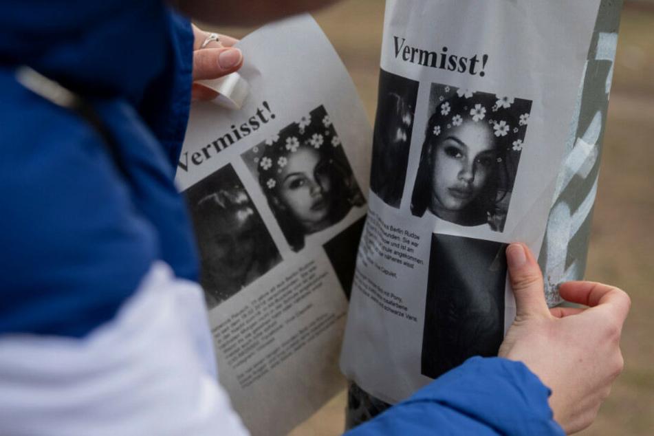 Mit Flugblättern wird nach der vermissten Schülerin gesucht.