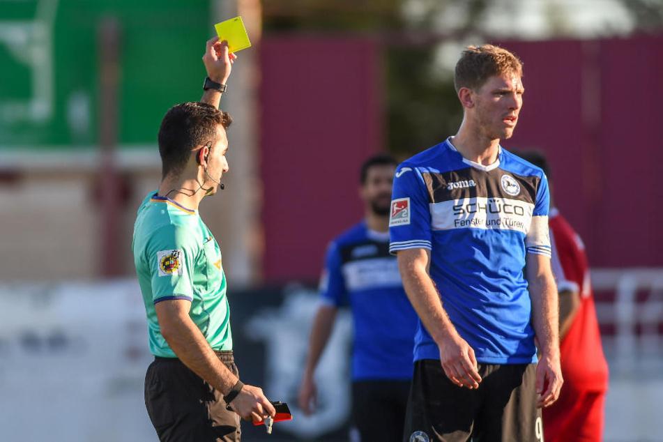 Fabian Klos bekam die einzige Gelbe Karte auf Seiten der Bielefelder.