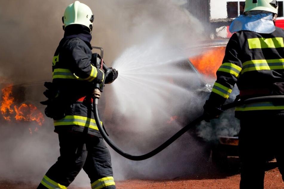 Der Brandsatz sorgte laut Polizei für erheblichen Schaden am Auto. (Symbolbild)