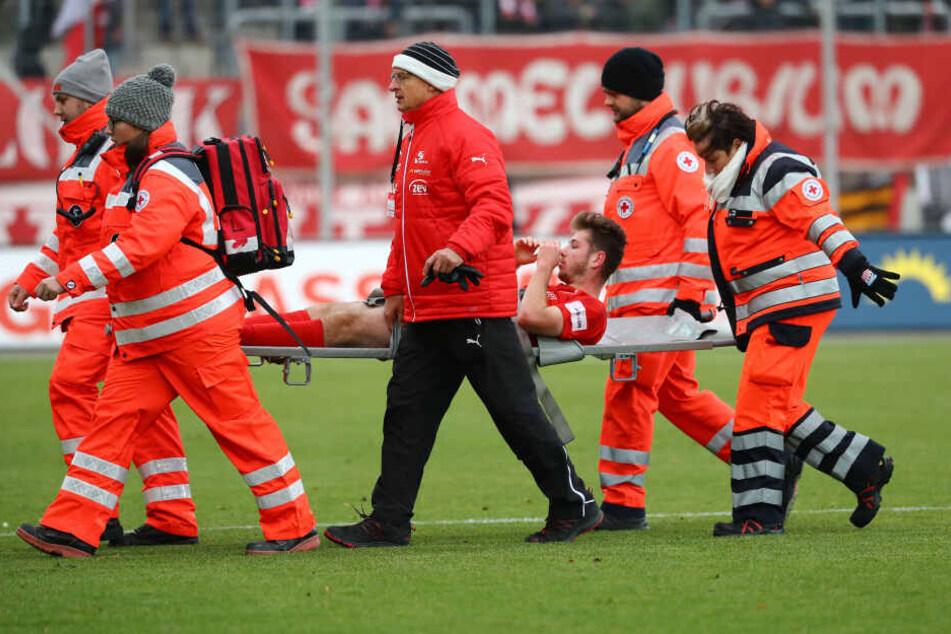 Leon Jensen vom FSV Zwickau wird verletzt vom Platz getragen.