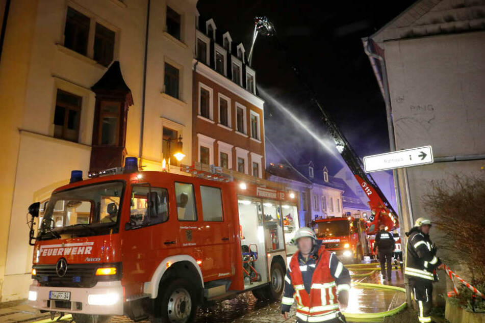 Chemnitz: War es Brandstiftung? Dachstuhlbrand in sächsischem Mehrfamilienhaus