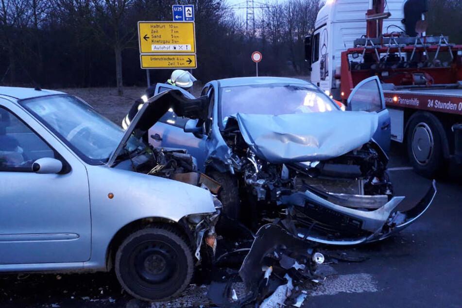 Heftiger Frontal-Crash: Autofahrerin (19) übersieht Fahrzeug beim Abbiegen