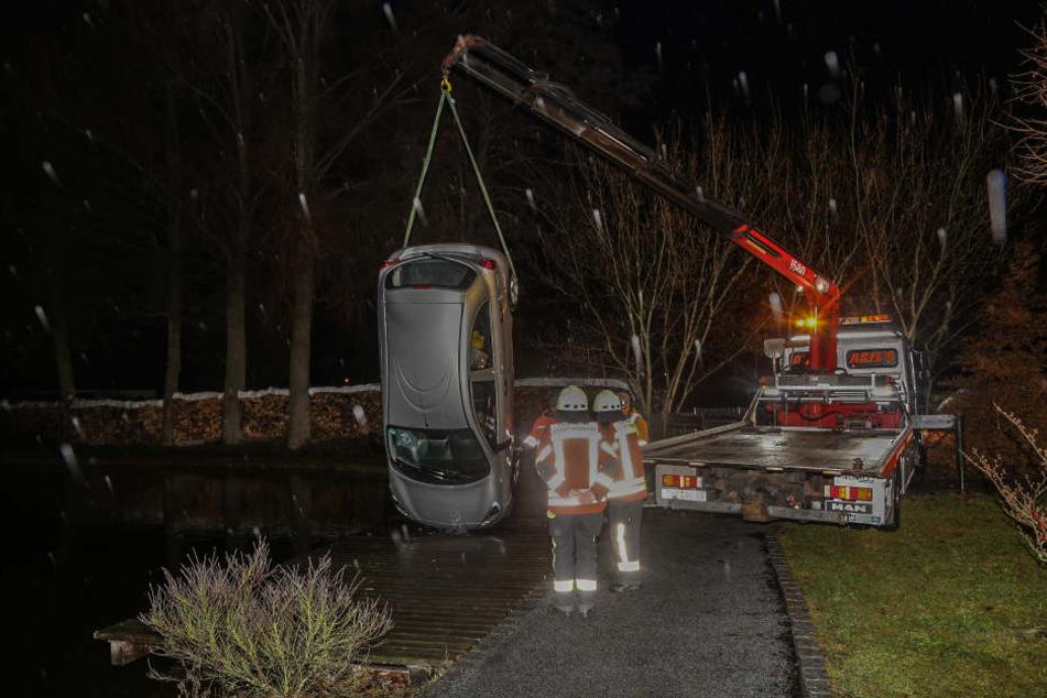 Das Auto wurde mit einem Kran aus dem Wasser gehoben.