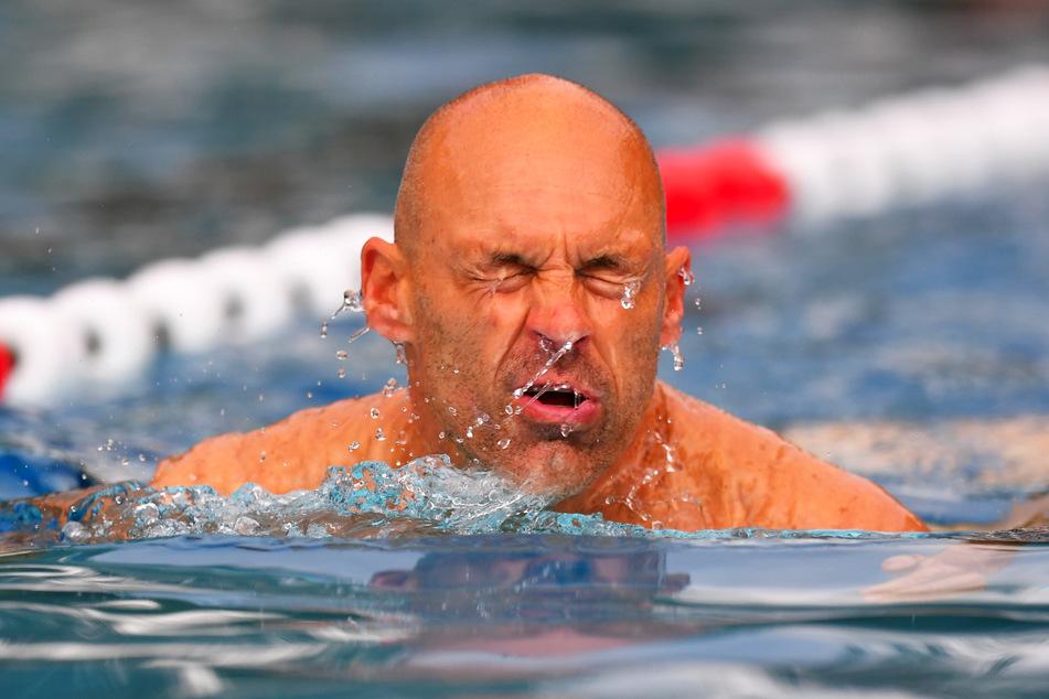 Auch Trainer Alexander Schmidt (52) zog am Morgen seine Bahnen im Freibad.