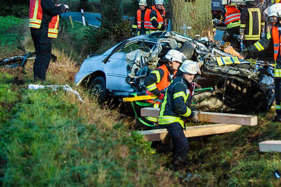 Schwerer Unfall in Bielefeld: Mann knallt frontal gegen Baum