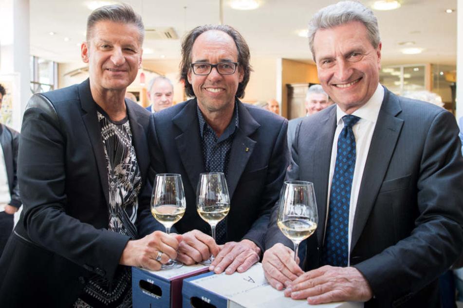 """Sänger Hartmut Engler (links) mit den früheren """"Weingenießern des Jahres"""" Christoph Sonntag (Mitte) und Günther Oettinger (rechts)."""