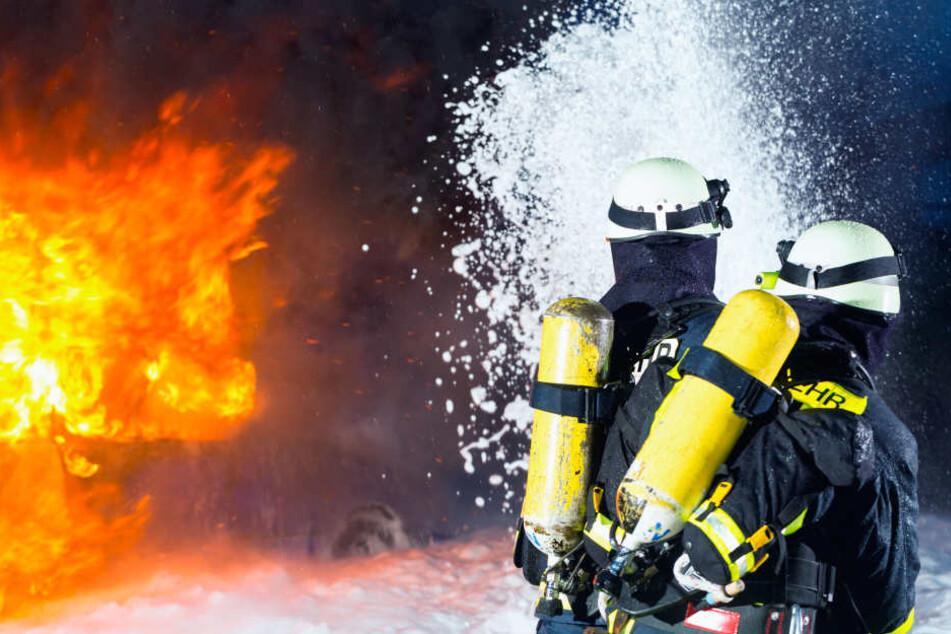 Trotz sortiger Löscharbeiten brannte der Wagen komplett aus (Symbolbild).