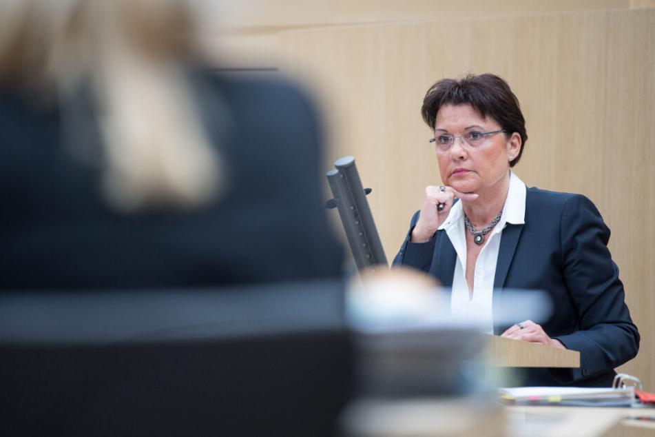 """April 2018: Die ehemalige Rektorin der Hochschule, Claudia Stöckle, vor dem Untersuchungsausschuss """"Zulagen Ludwigsburg""""."""