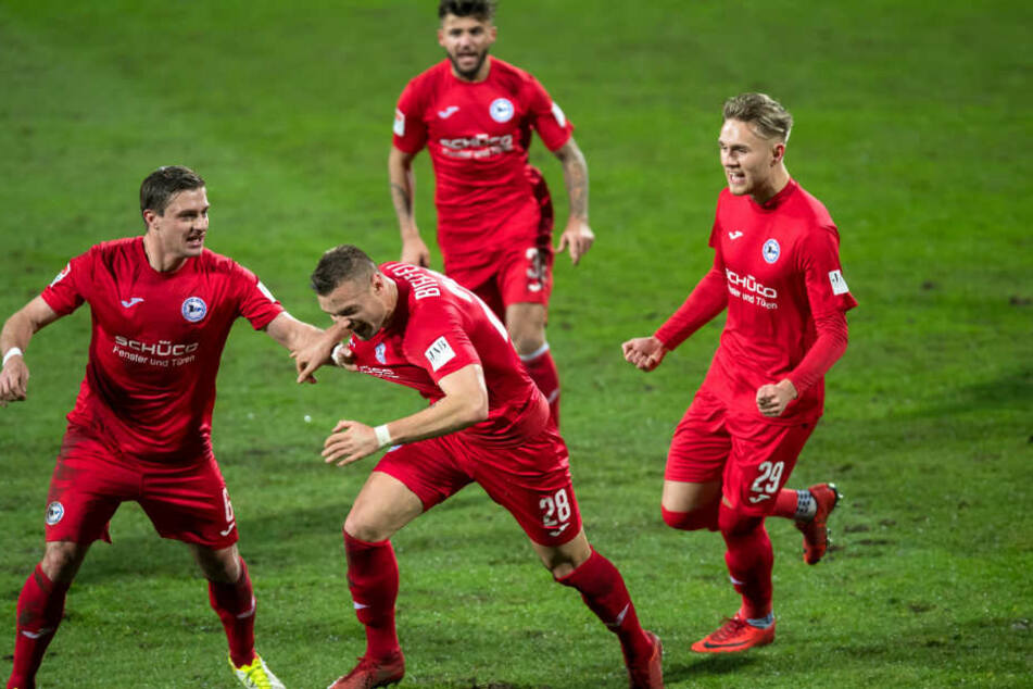 Florian Hartherz (Nr. 28) jubelt mit seinen Teamkollegen über seinen 1:0-Siegtreffer.