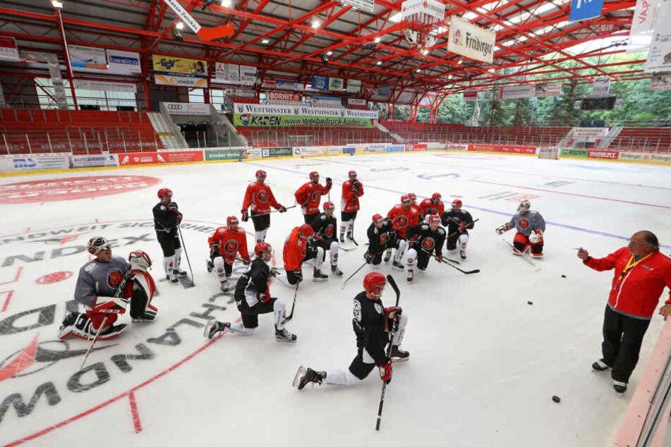 Alles hört auf mein Kommando: Eispiraten-Chefcoach Kim Collins erklärt seinen Jungs auf dem Eis die Spielzüge.