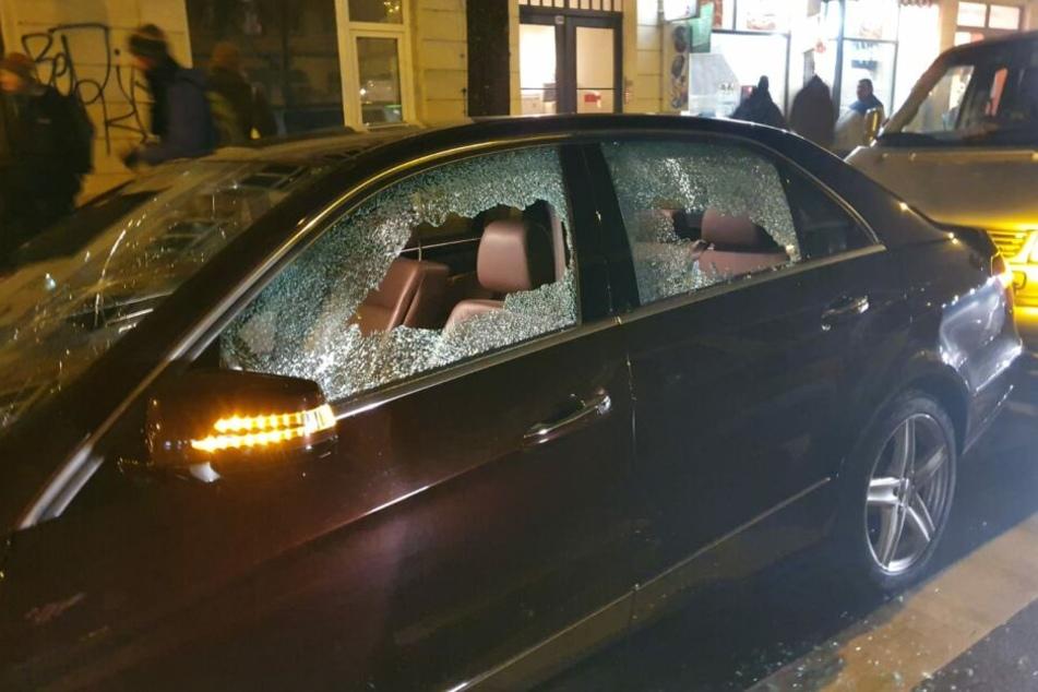 Mehrere Autos, die an der Straße geparkt waren, wurden während der Demo beschädigt.