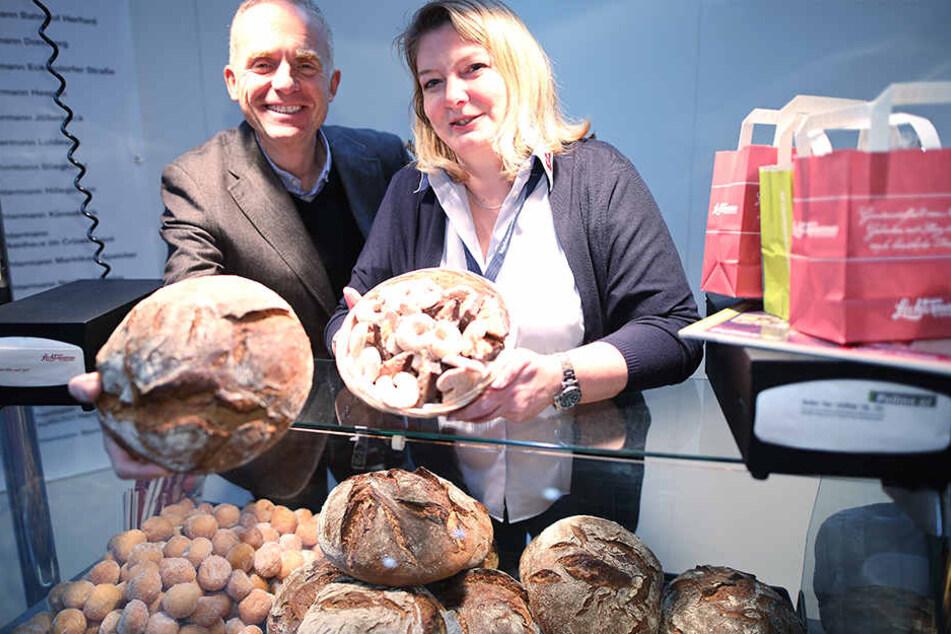 Thomas Pollmeier und eine Mitarbeiterin von der Bäckerei Lechtermann Pollmeier.