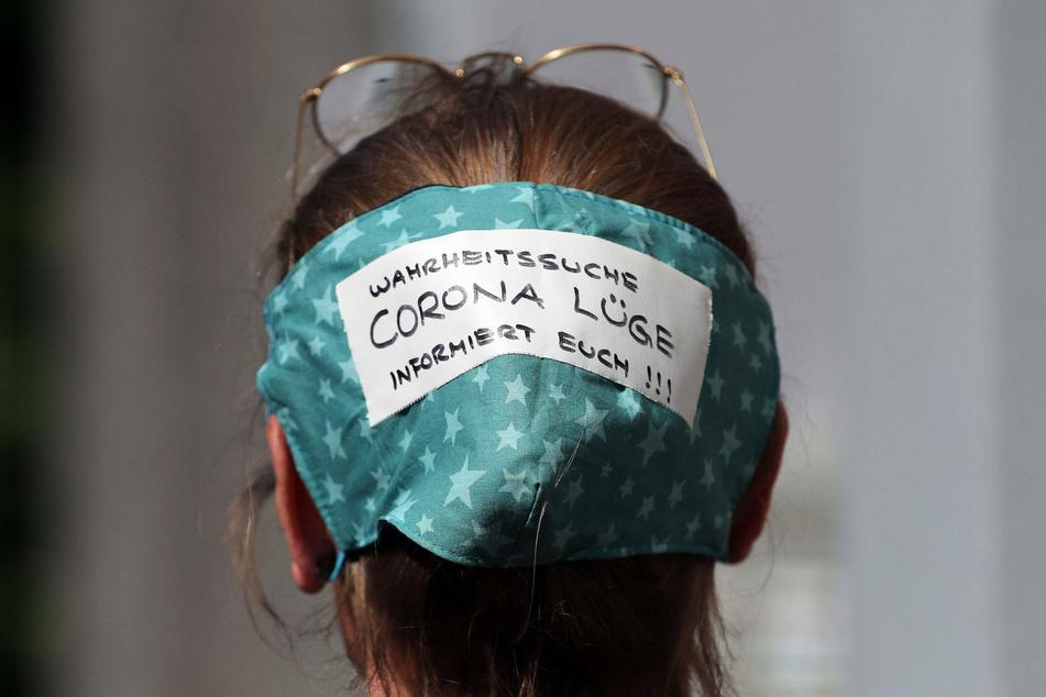 """Eine Demonstrantin glaubt an eine """"Corona Lüge""""."""