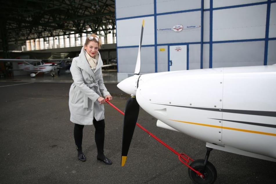 Selbst ist die Frau: Lisa Zosel (26) zieht ihre Maschine am Kamenzer Hangar  aufs Rollfeld.