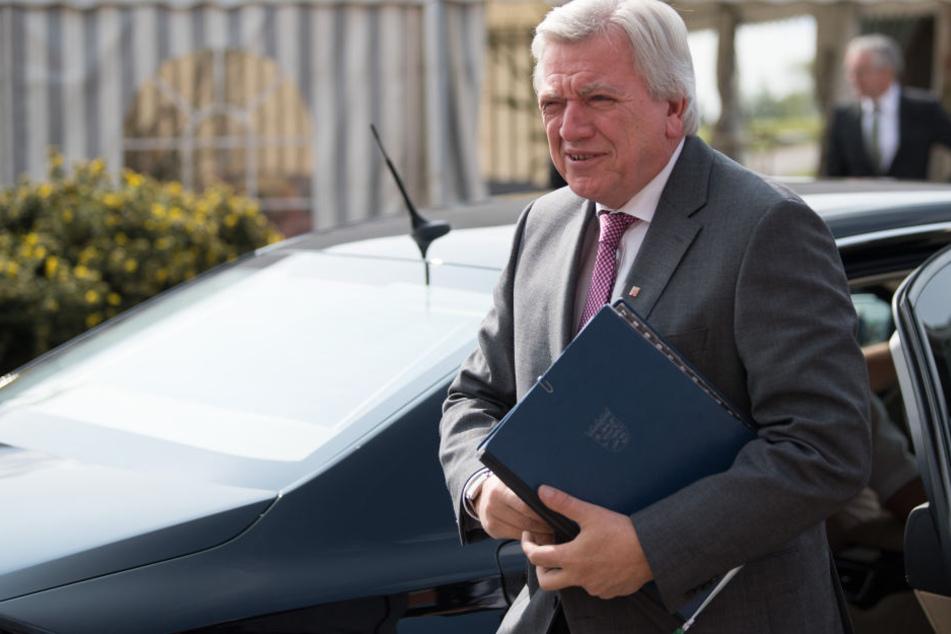 Volker Bouffier ist gegen Fahrverbote. Stattdessen will er die blaue Plakette einführen. (Symbolbild)