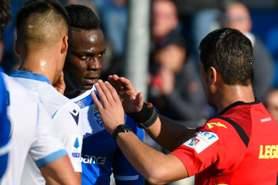 Erneut rassistische Rufe gegen Stürmerstar Mario Balotelli. Das Spiel wurde vom Unparteiischen kurzzeitig unterbrochen.