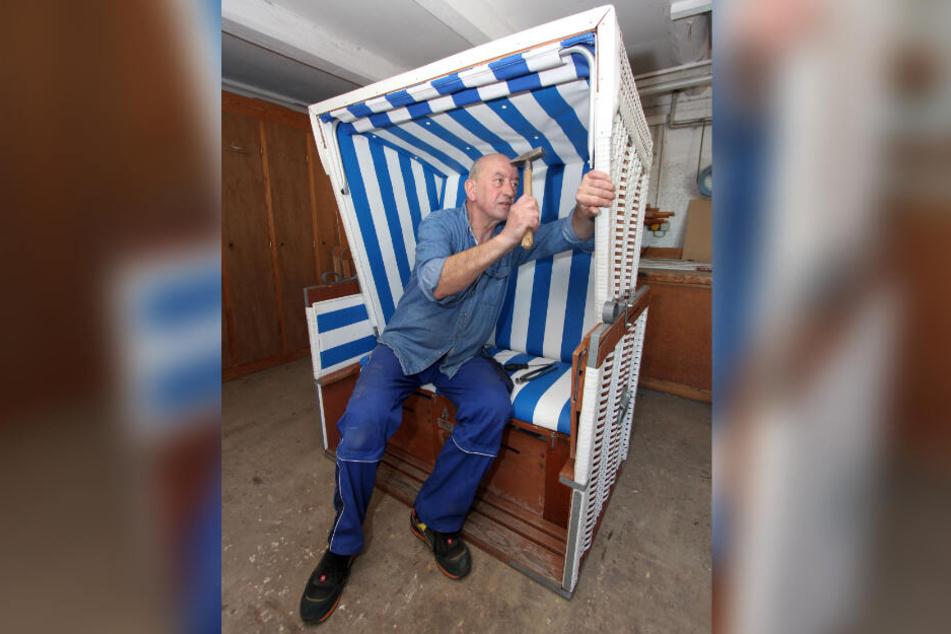 Bauhofmitarbeiter Olaf Lange repariert einen defekten Strandkorb. Rund 400 der mehr als 1600 Körbe müssen in Büsum jedes Jahr instandgesetzt und für die neue Saison hübsch gemacht werden.