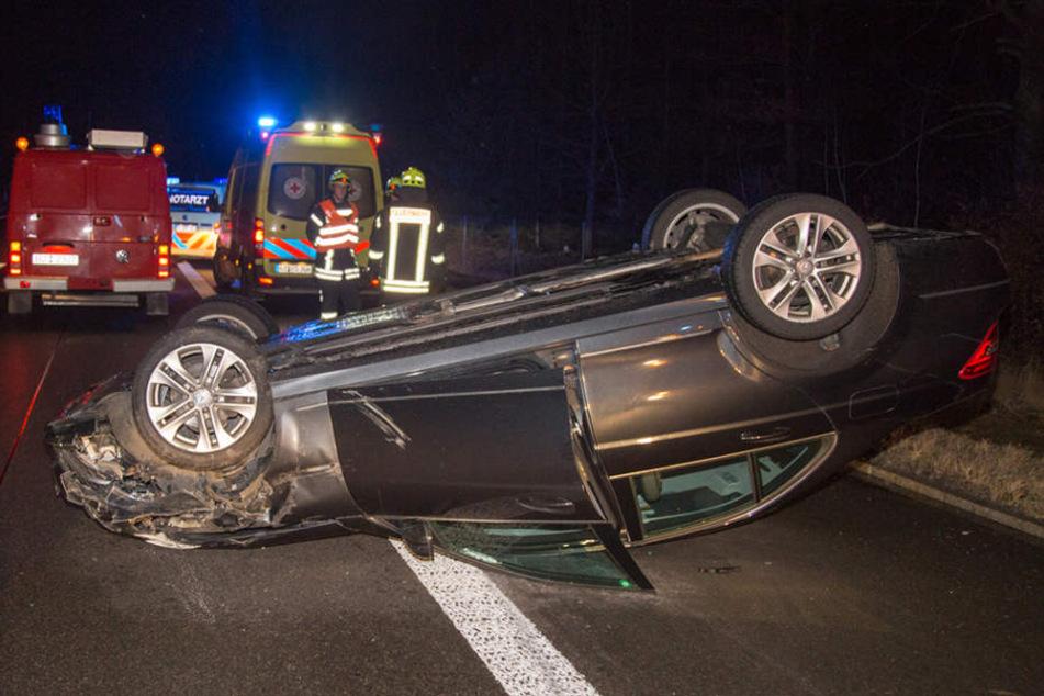 Auf der A4 Richtung Dresden hat sich am Donnerstagabend ein Mercedes überschlagen, nachdem er mit einem Opel zusammengekracht sein soll.