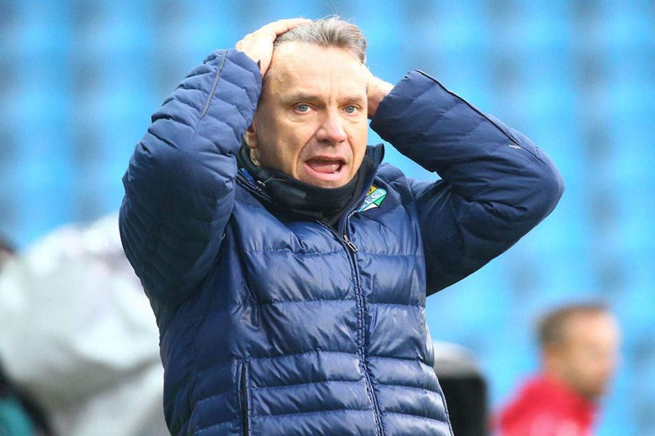 Ist nun auch Trainer Horst Steffen mit seinem Latein am Ende?