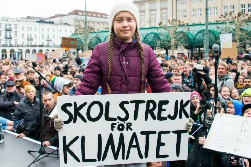 Greta Thunberg steht während einer Kundgebung auf dem Rathausmarkt auf einer Bühne.