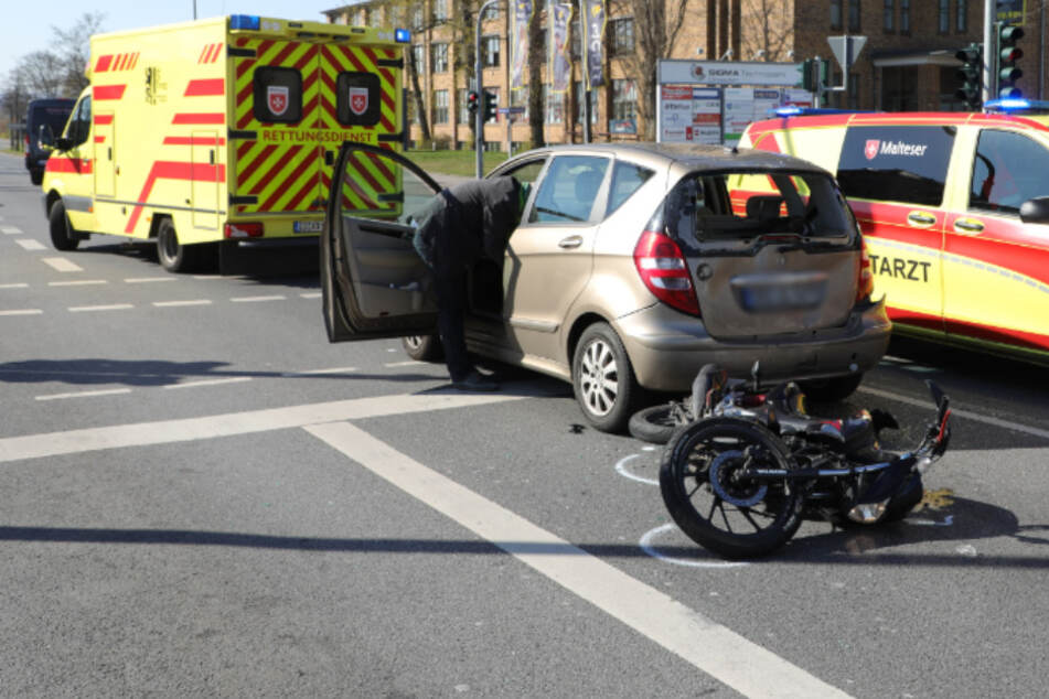 Schwerer Unfall in Dresden: Motorradfahrer kracht auf Mercedes