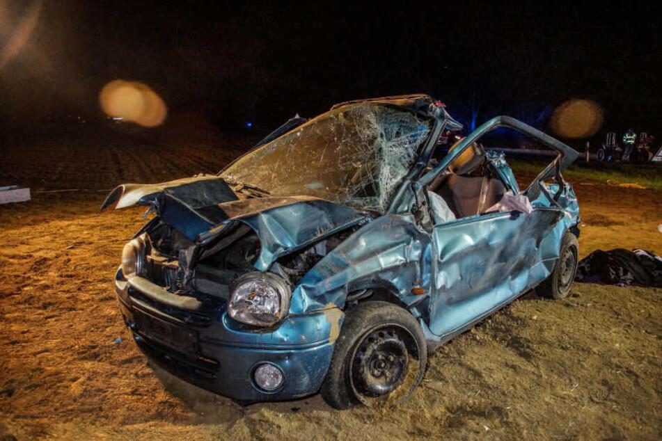 Der Twingo wurde bei dem Unfall komplett zerstört.