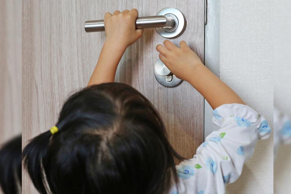 Die Zweijährige öffnete alleine die Wohnungstür. (Symbolbild)