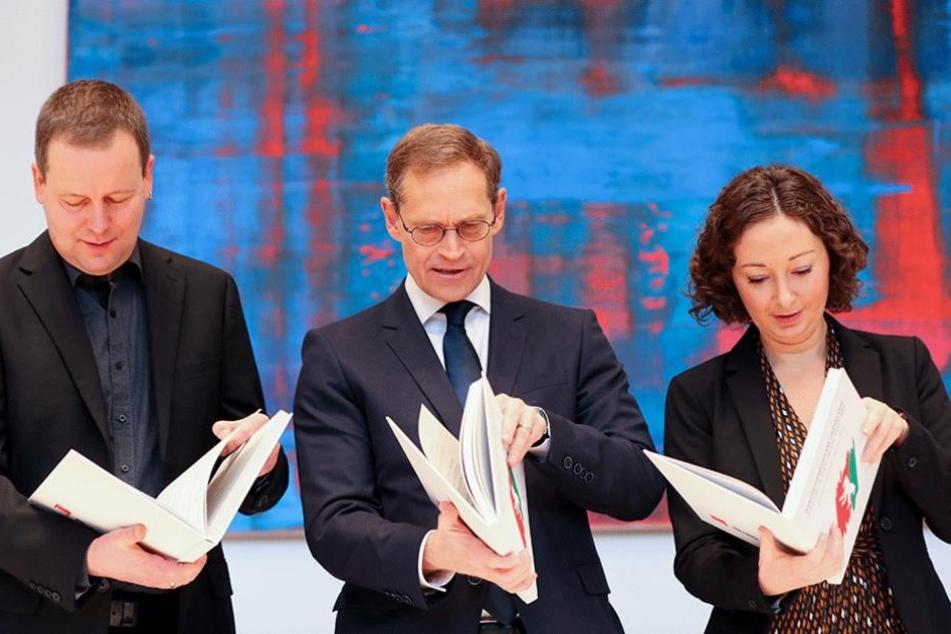 Sie regieren jetzt gemeinsam: Der Berliner Landesvorsitzende von Die Linken, Klaus Lederer (li.), Berlins Regierender Bürgermeister Michael Müller (SPD) und die Fraktionsvorsitzende von Bündnis 90/Die Grünen, Ramona Pop.