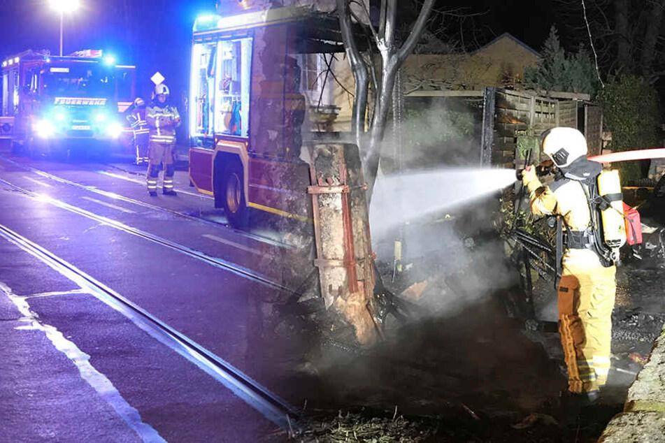 Straße gesperrt! Schuppen geht nachts in Flammen auf
