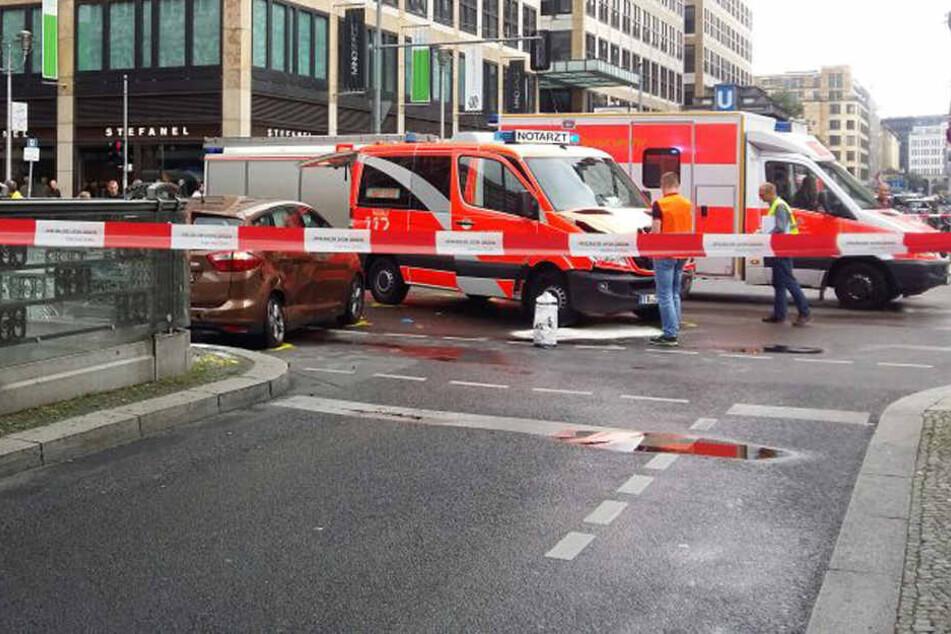 Heftiger Crash mit Notarztwagen - eine Person reanimiert