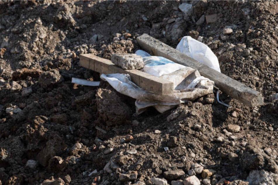 Unter einer Plastikplane liegt der Blindgänger, der im Gallus-Viertel entdeckt wurde.
