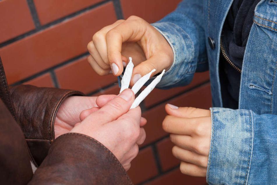 Bei der Festnahme wurden Drogen, Falschgeld und eine Schreckschusswaffe sichergestellt (Symbolfoto).
