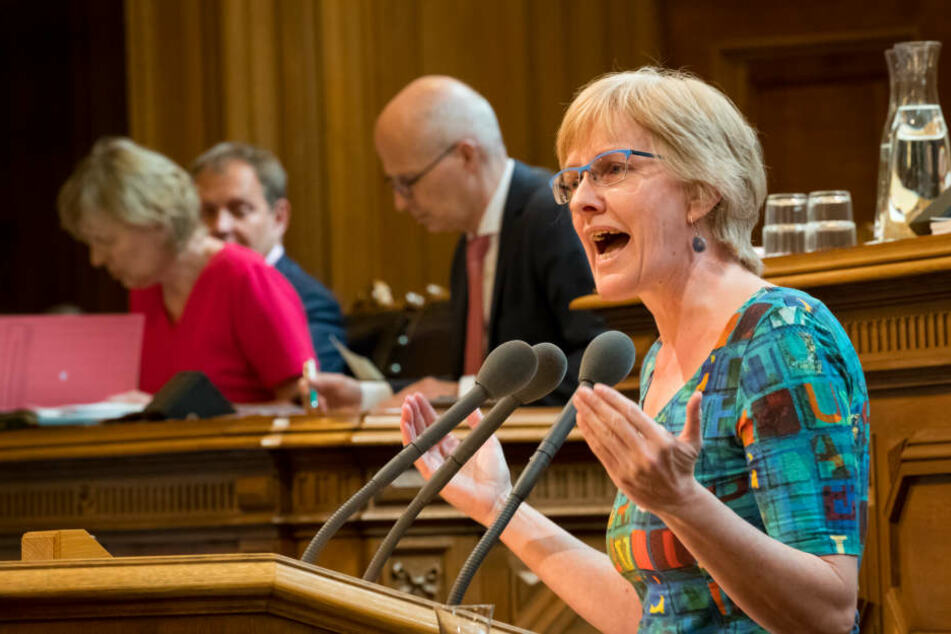 Heike Sudmann, Mitglied der Bürgerschaftsfraktion Die Linke, spricht in der aktuellen Stunde bei einer Sitzung der Hamburgischen Bürgerschaft.