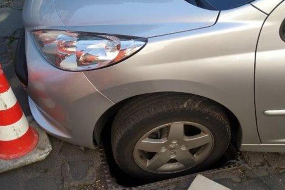 Die Frau hatte sich mit dem Peugeot festgefahren.