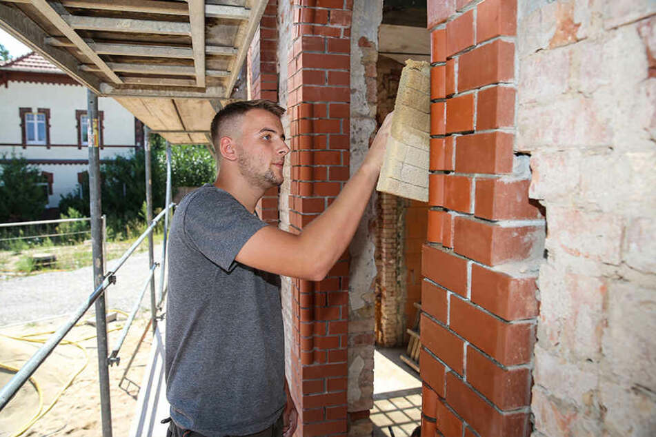 Oliver Bartnik (17) arbeitet an der Klinker-Fassade des alten Gaswerks.