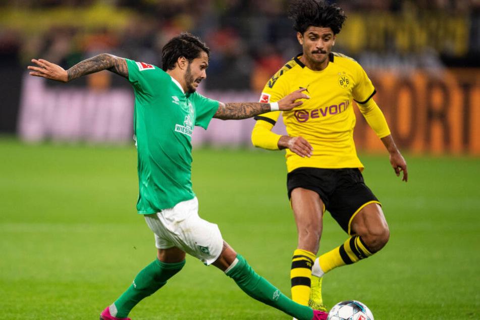 Dortmunds Mahmoud Dahoud (r) und Bremens Leonardo Bittencourt kämpfen um den Ball.