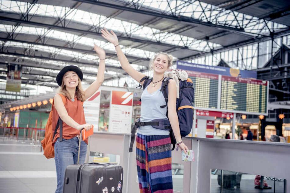 Zwei Studentinnen auf dem Weg zum Auslandsabenteuer.