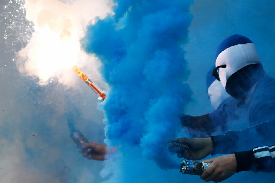 HSV-Fans zünden Pyro-Technik, dafür muss der Verein nun Strafe zahlen.