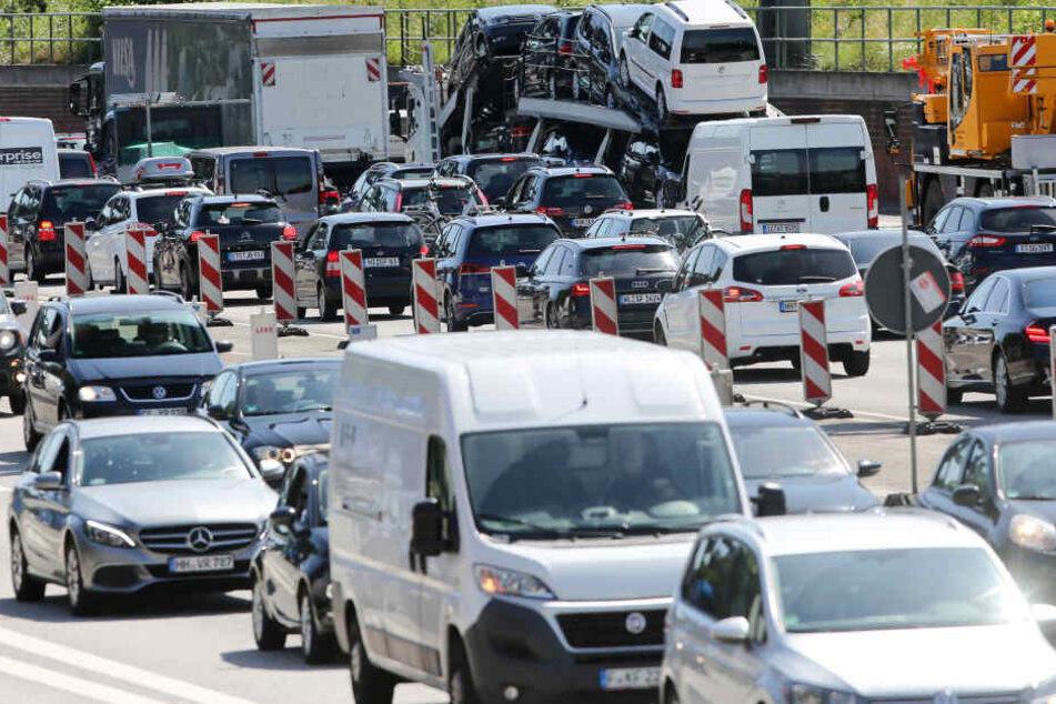 Fahrzeuge stauen sich auf der Autobahn 7. (Archivbild)