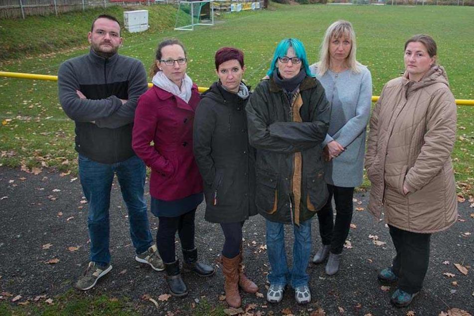 Denny Förster (36, v.l.), Alexandra Köpp (25), Jana Riemann (41),  Ortsvorsteherin Annette Wawrik (54), Constanze Casanova (43) und Kathrin Krause  (36) sind gegen eine Zentral-Kita.